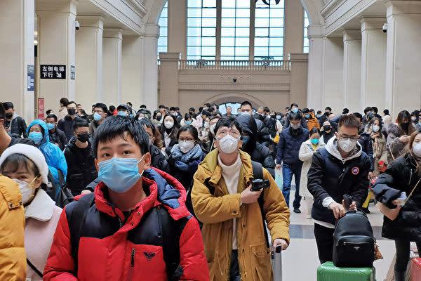 1月22日、中国武漢市漢口鉄道駅でマスクを着用する乗客ら(Xiaolu Chu/Getty Images)