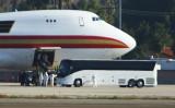 現地時間1月29日、中国武漢市に在留していた約200人の米国人を載せた政府のチャーター機が、カリフォルニア州西部のマーチ空軍基地に到着した(MATT HARTMAN/AFP via Getty Images)