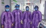 江西省の新余市人民医院の医師らは防護服の代わりにレインコートを着て治療にあたっている(江西省新余市人民医院より)