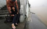 2007年7月25日、中国・湖北省武漢の漢江。川に飛び込み自殺を図った中国人女性がスイマーに助けられた(China Photos/Getty Images)