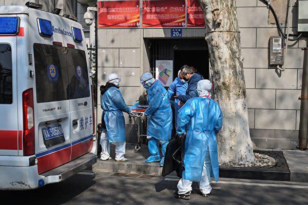 武漢市内で患者を運ぶ救急車(HECTOR RETAMAL/AFP via Getty Images)