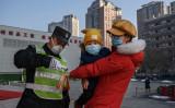 武漢P4研究所、中国軍の生物化学兵器最高責任者が引き継いだと報道されている。写真は2月9日北京で、体温検査を受ける市民。参考写真(GettyImage)