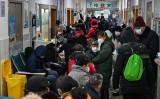 中国武漢市の紅十字会医院で医師の診断を待つ人々。写真は2020年1月25日撮影(HECTOR RETAMAL/AFP via Getty Images)