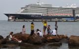 カンボジアのシアヌークビル港に停泊している大型クルーズ船。2月18日撮影(GettyImages)