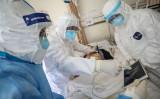 武漢赤十字病院で中共肺炎(新型肺炎)の患者に対応する医師。2020年2月16日に撮影( STR/AFP via Getty Images)