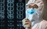 2020年2月20日、中国の湖北省孝感市雲夢県の病院で、患者の胸部CT画像を見ている医師(STR/AFP via Getty Images)