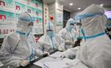 1月25日、武漢の赤十字病院で、作業にあたる関係者たち(GettyImages)