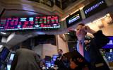 米株式市場では2月24日、投資家が中共ウイルス(新型コロナウイルス)による世界経済への大打撃を不安視したため、ダウ工業株30種平均の終値は前週末比約1031ドル安となった(JOHANNES EISELE/AFP via Getty Images)