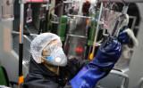 テヘラン市の職員が中共肺炎(COVID-19)感染の拡大を防ぐため、バスの清掃を行った。2020年2月26日撮影(ATTA KENARE/AFP via Getty Images)