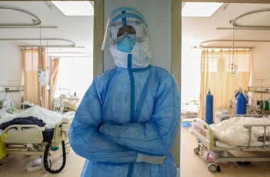 武漢赤十字病院の隔離病棟の医療スタッフ=2020年2月16日(STR / AFP via Getty Images)