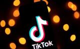 中国企業が所有する動画投稿アプリTikTokは、米国で若者を中心に1億人の利用者がいるとされる(LIONEL BONAVENTURE/AFP/Getty Images)