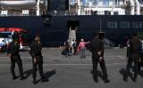 感染症リスクにもかかわらず、カンボジアと中国の共同軍事訓練を敢行した。2020年、各国が入港を拒否したクルーズ船をカンボジアのシアヌークビル港が受け入れた。周辺を警備するカンボジア軍兵士。参考写真 (Getty Images)