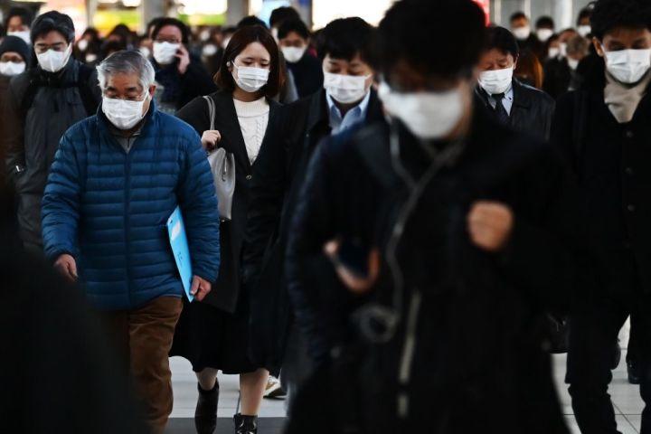 中共肺炎(武漢肺炎)はどこから来たのか。中国共産党は、日本や韓国に「共同責任論」をなすりつけている。写真は3月1日、東京品川駅でマスクを着用している通勤客ら(Getty Image)