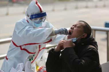 3月5日、中共肺炎(COVID-19)の検査を受ける武漢市民(GettyImages)