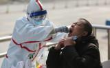 3月5日、中共ウイルス(新型コロナウイルス)感染の検査を受ける武漢市民(GettyImages)