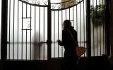 3月2日、イタリアのローマで、中共ウイルス(新型コロナウイルス)対策のために休校となった学校の校門近くにいる女性(GettyImages)