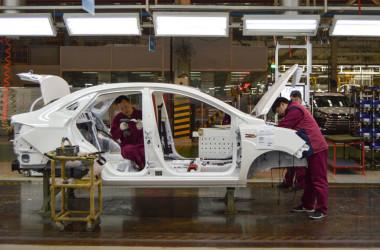 2019年4月、安徽省合肥市にある自動車組み立て工場で働く従業員(Getty Images)