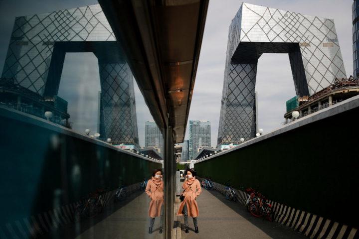 中国の国営放送局「中央テレビ(CCTV)」の本社ビル周辺の歩道。2020年3月2日(AP Photo/Andy Wong)