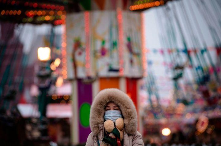 2020年2月、赤の広場近くにあるメリーゴーランド前に立つ中国系観光客(GettyImages)