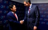 2019年12月、国連食糧農業機関(FAO)代表に選出された中国の屈冬玉氏と握手を交わすスペインのペドロ・サンチェス首相(GettyImages)