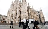 イタリアのミラノ大聖堂を訪ねるマスク姿の観光客(Getty Images)