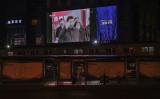 3月10日、北京市街にある大型スクリーンに映し出された習近平国家主席の武漢市訪問に関する報道(Kevin Frayer/Getty Images)
