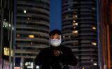 北京市内で携帯電話を操作する男子。参考写真(Getty Images)