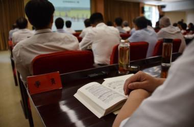 2019年6月、共産党の報道に関する指導を受けるジャーナリストたち(LEO RAMIREZ/AFP/Getty Images)