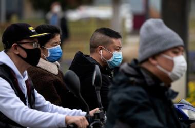 3月16日、湖北省と境界を接する江西省九江市のバス停でバスを待つ人々(GettyImages)