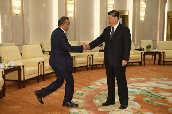 2020年1月28日、WHOのテドロス事務局長(左)が中国を訪問し、北京で習近平国家主席(右)と会談した(Getty Images)