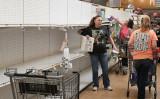 2020年3月13日、米メリーランド州Dunkirkのスーパーで日用品を購入する地元の住民(Mark Wilson/Getty Images)