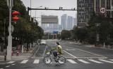 2020年2月11日、中国武漢市の道路を通行する1人の女性市民(Getty Images)