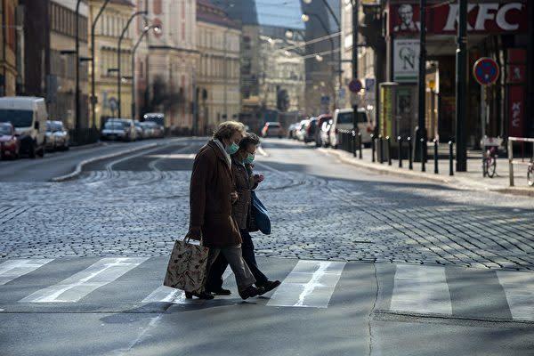 独デュッセルドルフで、マスクをして歩く2人。参考写真(GettyImages)