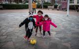 マスクを着用して遊ぶ子ども達。写真は2020年1月29日撮影されたもの(NICOLAS ASFOURI/AFP via Getty Images)