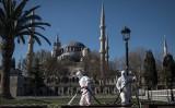 中国共産党の情報隠蔽で世界中に感染拡大した。写真はイスタンブールで道路を消毒する関係者(Chris McGrath/Getty Images)