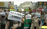 3月18日、中国広西チワン族自治区南寧市のショッピングモール、裕豊大廈の前で出店者らは家賃の減免を要請する陳情運動を行った(ネット写真)