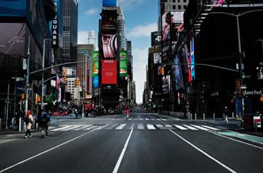 2020年3月22日、人通りが消えたNYCのタイムズ・スクエア(Spencer Platt/Getty Images)