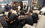 ホワイトハウスは2月26日、マイク・ペンス副大統領がコロナウイルス対策チームのメンバーと国民の安全とコロナ対策の成功を祈願している写真を公開した(Official White House Photo by D. Myles Cullen)