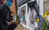 中国人留学生らが2020年2月15日、米カリフォルニア州で李文亮医師を追悼する集会を開いた(MARK RALSTON/AFP via Getty Images)
