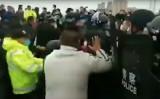 隣接する省へ移動する湖北省市民を阻止する警察(スクリーンショット/ソーシャル・メディア)