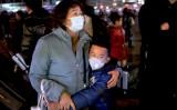 電車に乗ろうとする親戚に抱き着く男の子(Kevin Frayer/Getty Images)