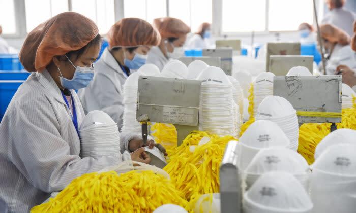 中国河北省邯鄲市の工場でマスクを生産している女性従業員。2020年2月28日撮影(AFP/Getty Images)