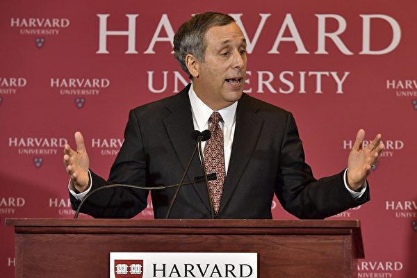 米ハーバード大学のローレンス・バコウ学長 (Paul Marotta/Getty Images)
