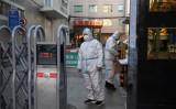 2020年3月4日、北京のレストランの入り口。防護服を来た警備員たち(Greg Baker/AFP via Getty Images)