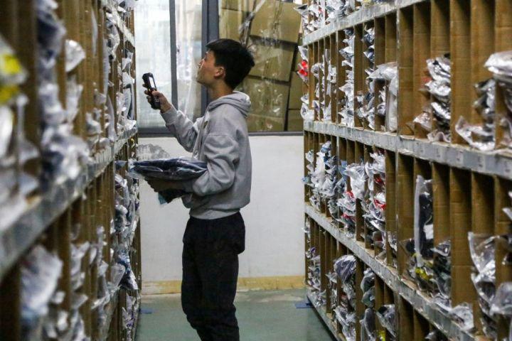 <中共ウイルス>河南省で新たな感染者が報告された。第二波を懸念して、都市は封鎖された。写真は河南省鄭州市で、EC業で物流の作業員(GettyImage)