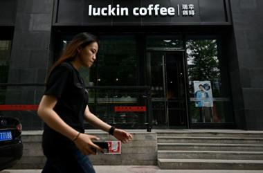 中国コーヒー大手のラッキン・コーヒーは4月2日、内部調査で昨年の売上高に粉飾行為があったと発表した(WANG ZHAO/AFP via Getty Images)