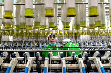 深センの繊維工場で作業する女性作業員、参考写真(Getty Images)