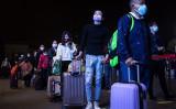 4月7日深夜、武漢市の武昌駅の前で封鎖措置の解除を待ち、市外に行こうとする利用者ら(Getty Images)