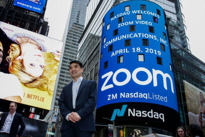ビデオ会議アプリ「ズーム」は2019年4月、米ナスダックに上場した。写真手前は創業者のエリック・ユエンCEO(GettyImages)