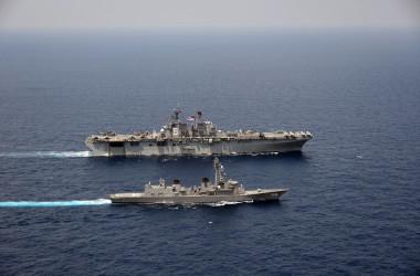 海上自衛隊の護衛艦「あけぼの」と米海軍の最新型の実質空母「アメリカ」は、東シナ海で10日と11日に日米合同演習を行った(米海軍太平洋艦隊)